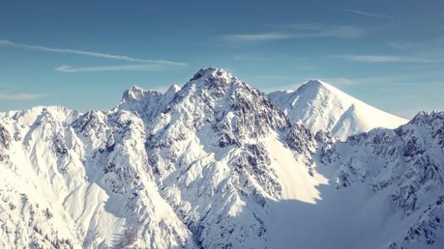 Montagnes avec de la neige