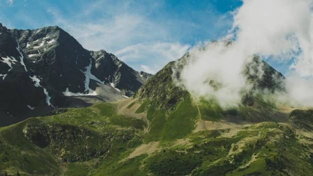 Montagnes et nuages dans les alpes